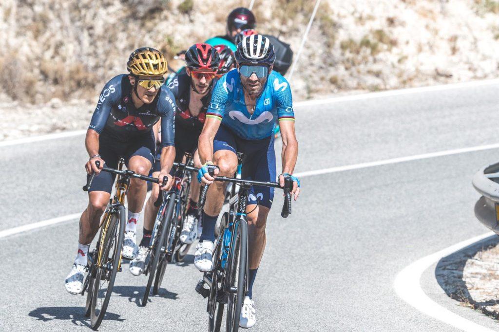 Alejandro Valverde ataca a Primoz Roglič